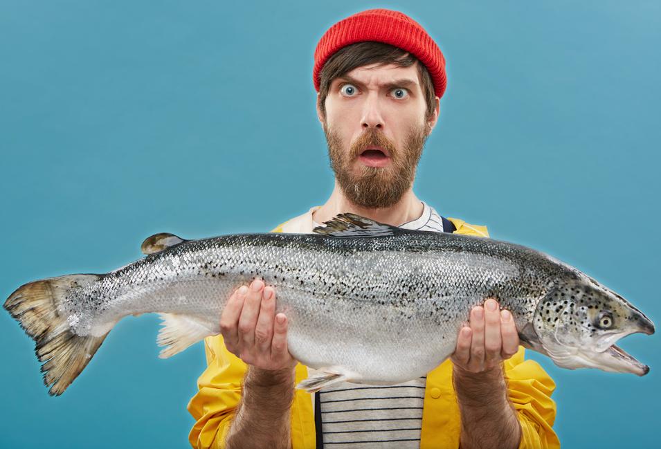 pescatore che mantiene un pesce fresco pescato a sfondo trasparente